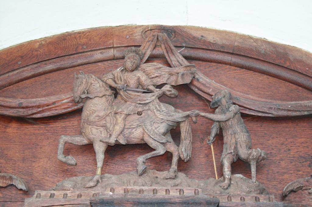 Portál nad vchodovými dveřmi do kostela nese hlavní motiv sv. Martina, který se žebrákem dělí o svůj plášť.