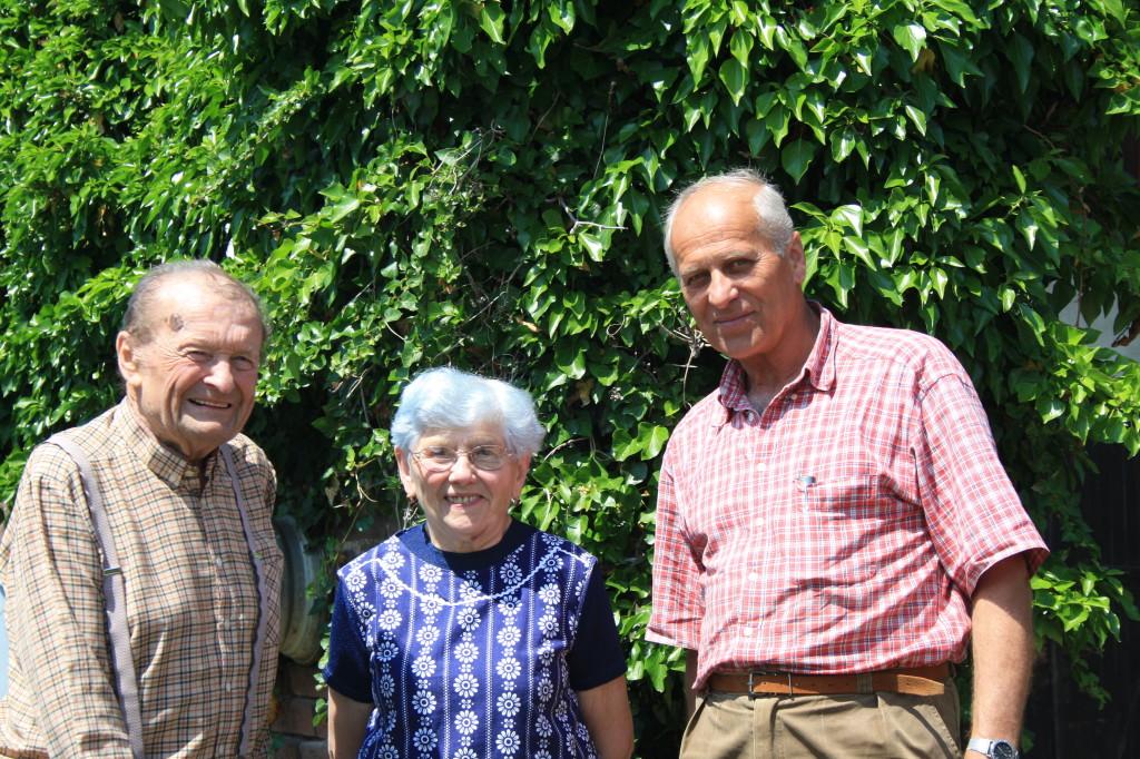 Pan Josef Knejp (vlevo) se svou paní Marií a přítelem ing. Františkem Petříkem